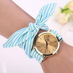 preiswerte Tolle Angebote auf Uhren-Geneva Damen Quartz Armbanduhr / Armband-Uhr Stoff Band Charme / Blume / Retro / Modisch Schwarz / Weiß